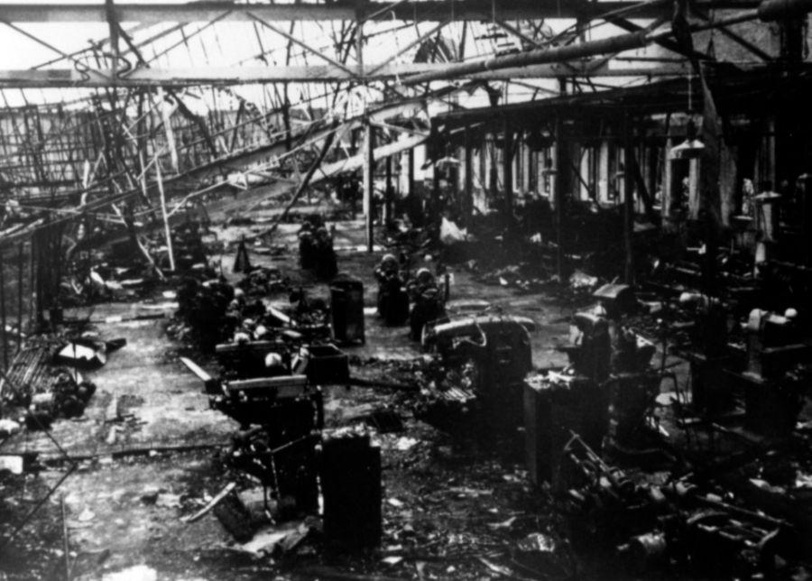 De uitgebrande hal van de Erla-vliegtuigfabriek.