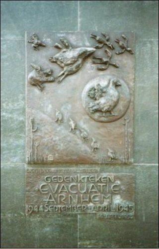 Het evacuatiemonument aan het begin van de Apeldoornseweg, dat met de opbrengst van het boek werd bekostigd.