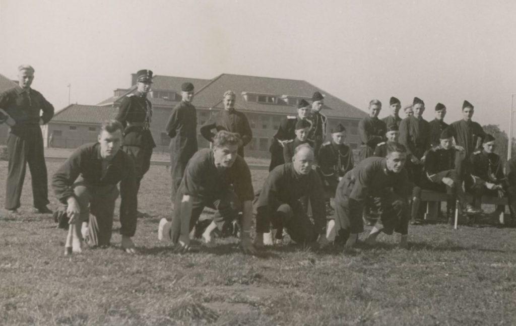 Zwart-witfoto van sportbeoefening bij het Politie-Opleidingsbataljon in Schalkhaar, 1941-1943.