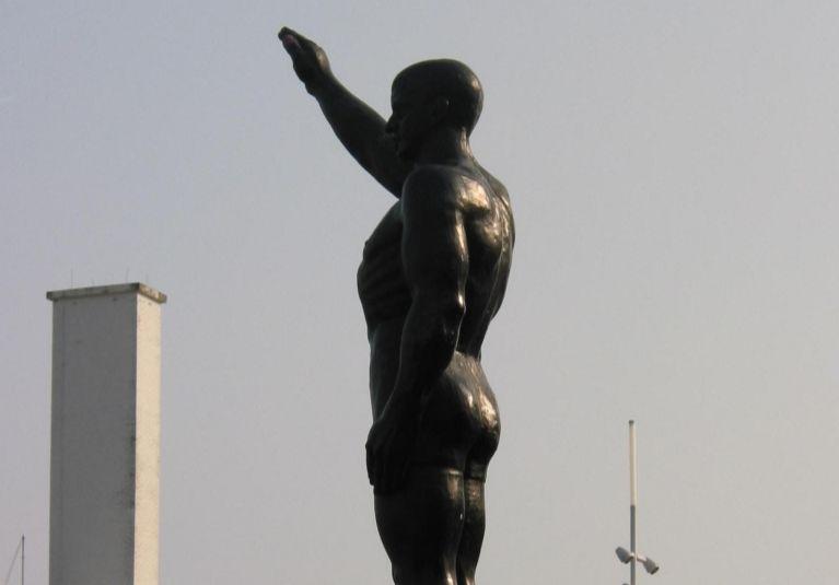 Beeld 'De olympische groet' bij het Olympisch Stadion