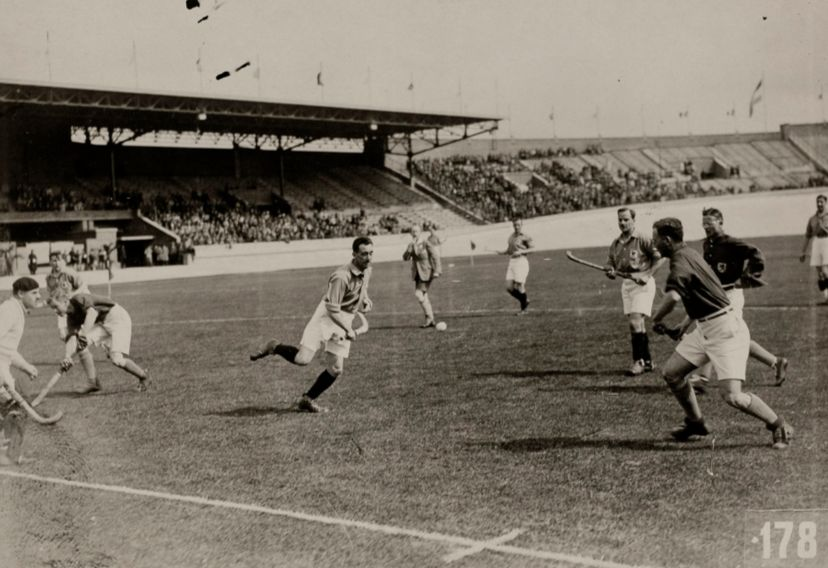 De hockeywedstrijd Nederland-Frankrijk (5-0) in het Olympisch Stadion (Geheugen van Nederland - wiki)