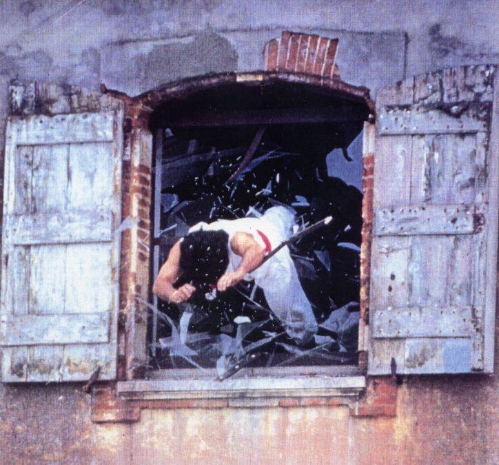 Een stuntman werpt zichzelf door een raam (cc - wiki)