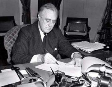 Franklin D. Roosevelt ondertekent de Lend-Lease Act (Leen- en Pachtwet)