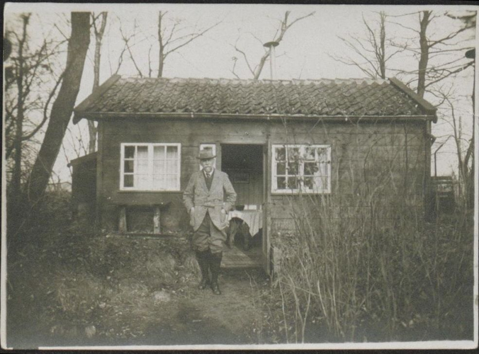 Frederik van Eeden voor zijn hut op Walden (onh.nl)