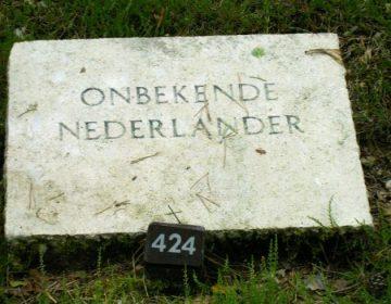 Graf van een onbekende Nederlander op het ereveld in Loenen (cc-P.J.L Laurens)