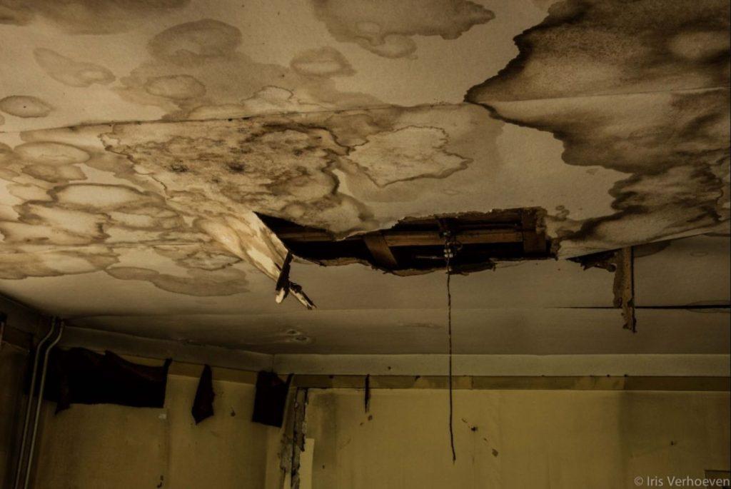 Het huis verkeert in staat van verval (Iris Verhoeven)