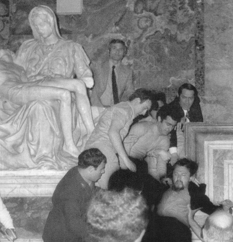 Laszlo Toth wordt weggehaald bij Pietà, 21 mei 1972 (wiki)