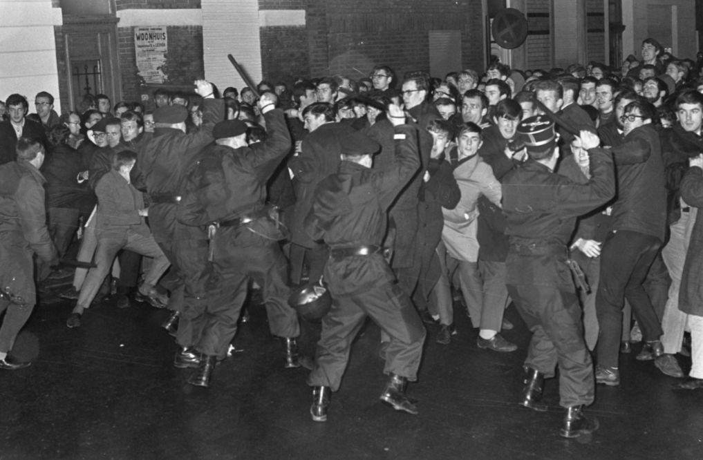 Leuven Vlaams - Staking Vlaamse studenten te Leuven, voor de gevangenis werd de menigte uit elkaar geslagen (18 januari 1968). - cc - wiki - Kroon, Ron / Anefo