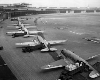 Vliegveld Tempelhof tijdens de Blokkade van Berlijn (U.S. Air Force)