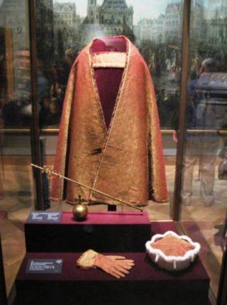 Het koninklijk-Boheems keurvorstenornaat in de Weense schatkamer. - wiki