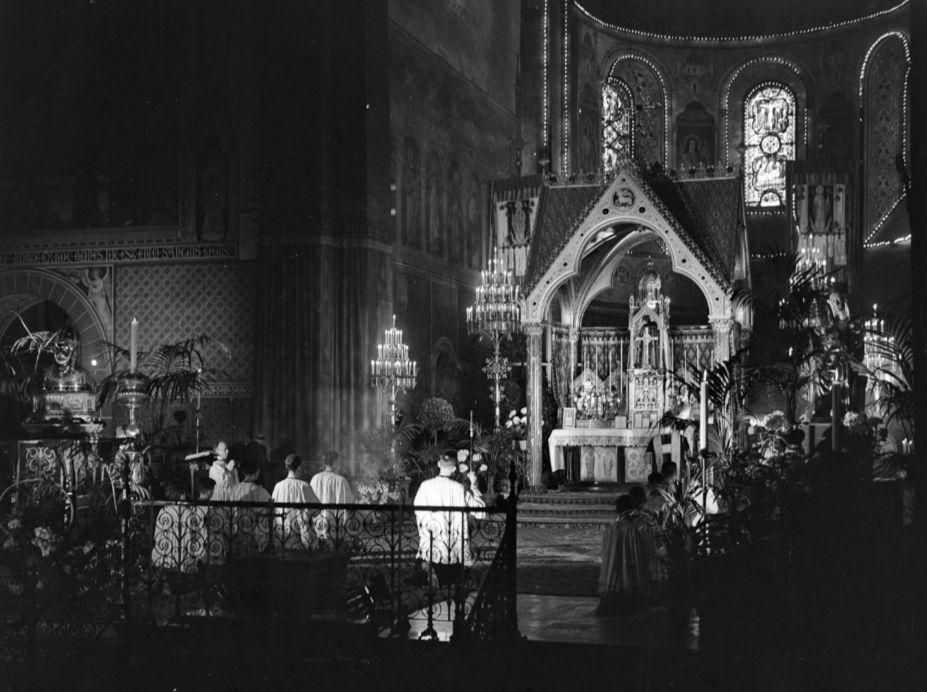 Mis in de Sint-Servaaskerk tijdens de Heiligdomsvaart van 1948. Links het borstbeeld van Sint-Servaas (cc - Anefo - wiki)