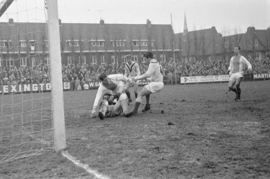 Volewijckers tegen Veendam, Frans de Munck (liggend) grijpt bal weg voor t Hek rechts Nienhuis en Uittenbos (Veendam) - cc - Anefo - Eric Koch