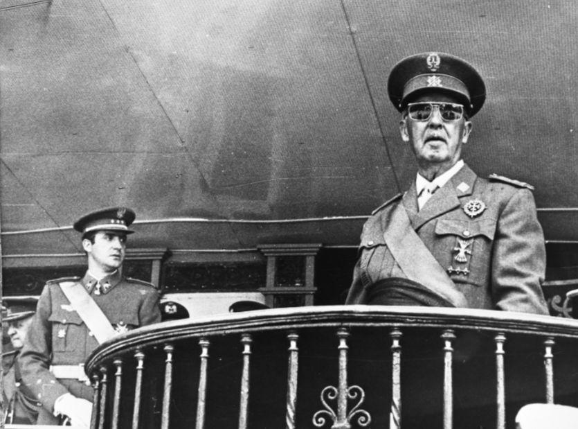 Franco (r) en toekomstig koning Juan Carlos I in juni 1969, tijdens de dertigjarige herdenking van de winst van de Spaanse Burgeroorlog, (cc - Anefo - wiki)
