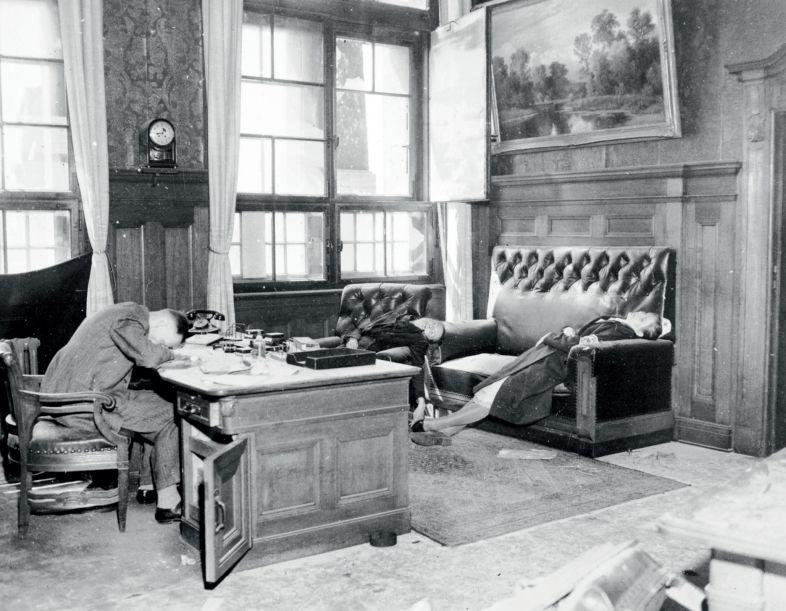 De zelfmoordgolf van mei 1940 (JP - Hitlers Derde Rijk in 100 voorwerpen)