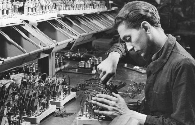 Arbeitseinsatz - Dwangarbeider in een fabriek van Siemens in Berlijn (cc - Bundesarchiv)