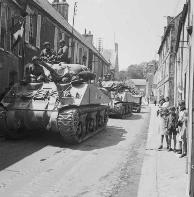 Een Sherman-tank in Normandië (Publiek Domein - Imperial War Museums)