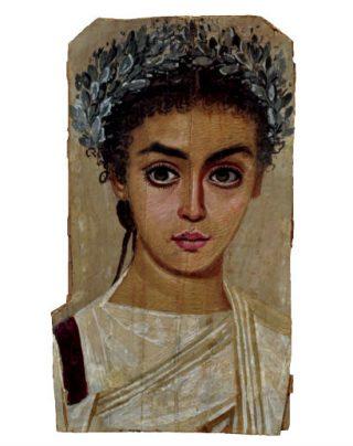 Fayoemportret van een meisje (120-150 na. Chr). Ze lijkt mascara te dragen met een bleek gepoederd gezicht, rouge op de wangen en mogelijk ook lippenstift. Is dit onze interpretatie, de kunst van de schilder of droeg deze jonge vrouw werkelijk make-up toen haar portret werd gemaakt?