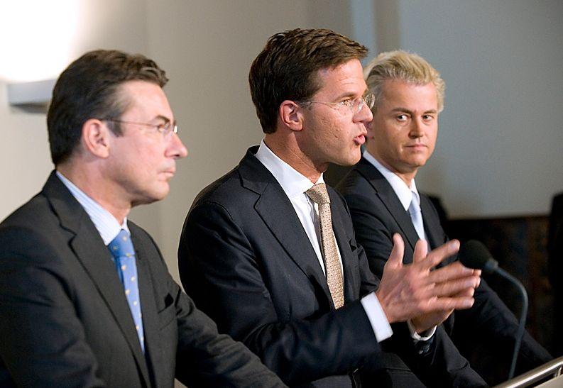 Fractievoorzitters Mark Rutte (VVD), Maxime Verhagen (CDA) en Geert Wilders (PVV) presenteren het regeer- en gedoogakkoord (cc - Rijksoverheid)