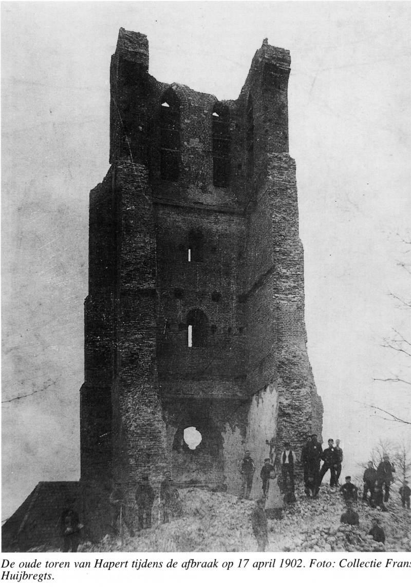 De middeleeuwse toren van Hapert wordt afgebroken op 17 april 1902 (reproductie auteur)