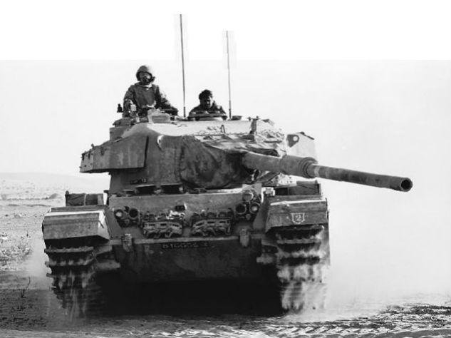 Israëlische tank in de Sinaïwoestijn tijdens de Jom Kippoeroorlog van 1973 (cc - Israel Defense Forces)