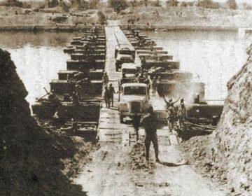 Jom Kippoeroorlog - Egyptische troepen trekken het Suezkanaal over