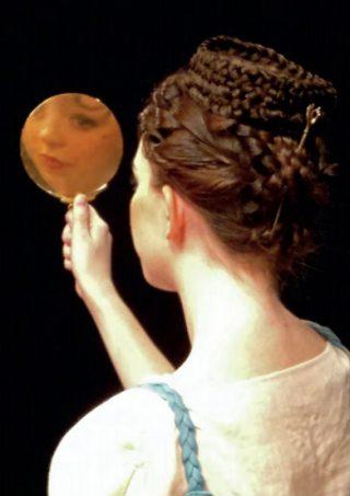 Een Romeinse schoonheid kijkt in de spiegel.