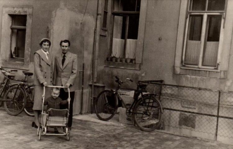 Brigitte en Gerd met dochter Sabine voor de achtergevel van hun woning in de Brauhausstraße (Boek Wintertuin)