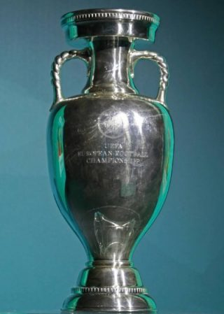 De trofee, de Coupe Henri Delaunay (CC BY-SA 3.0 - Кирилл Венедиктов - wiki)