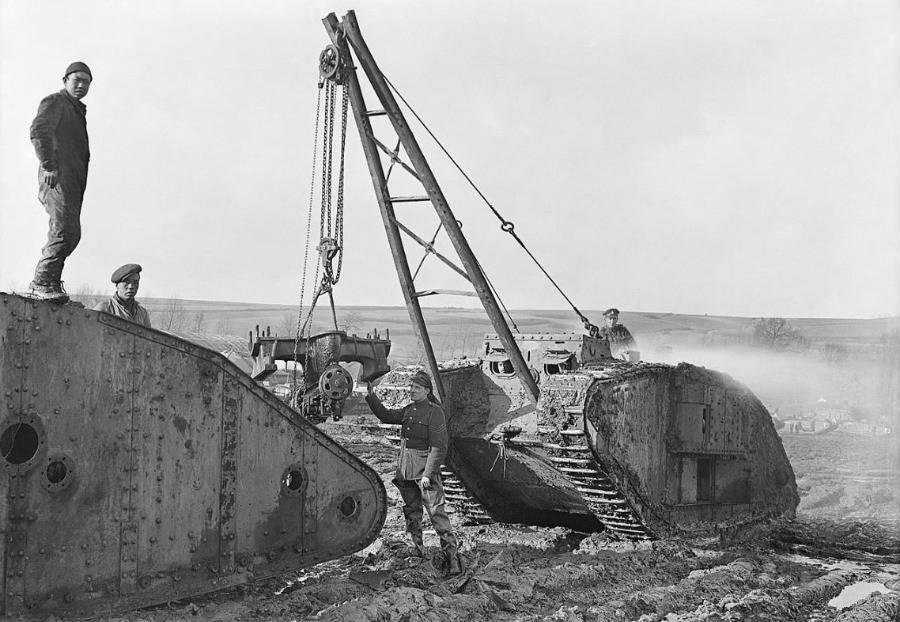 Chineze arbeiders slopen bruikbare onderdelen uit een kapotte Britse Mark IV tank (1918) - Wiki Commons