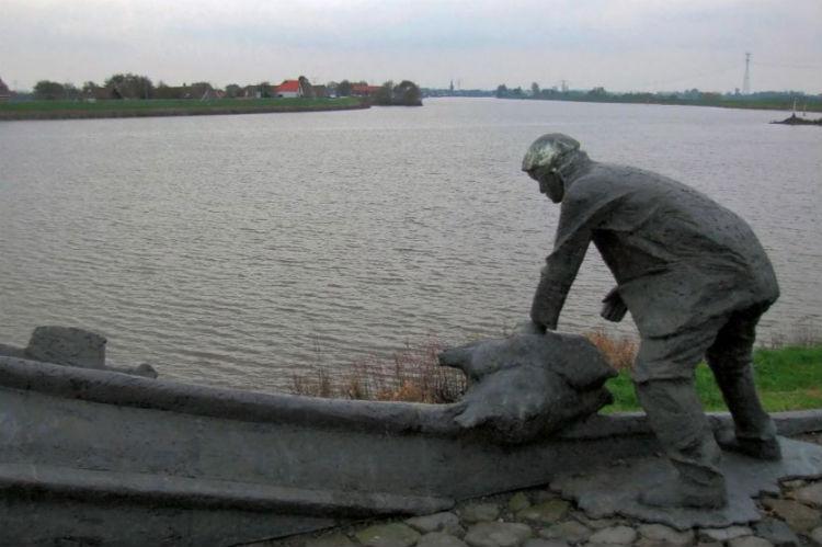 """""""Een dubbeltje op zijn kant"""" door Roel Bendijk - aan de Groenendijk te Nieuwerkerk aan den IJssel (1983) - cc/wiki"""