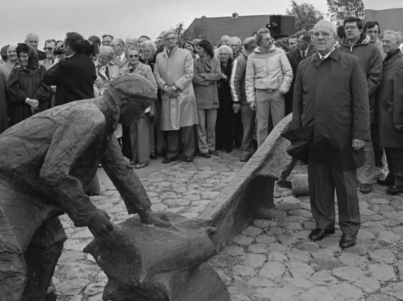Monument met rechts schipper Evegroen (cc- Anefo - NA - Rob Bogaerts - wiki )