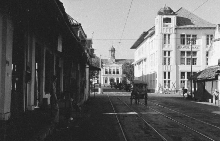 Prinsenstraat in benedenstad Batavia, met tramrails en met zicht op het Stadhuis. (Wikimedia Commons/Fotocollectie Dienst voor Legercontacten Indonesië)
