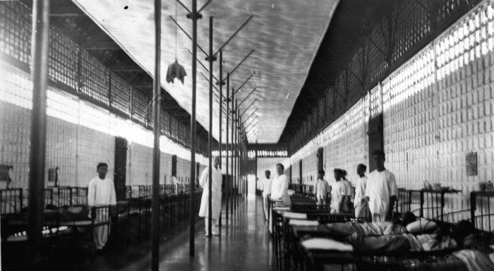 C. B. Z.: het Centraal Burgerlijk Ziekenhuis. Hier de mannenzaal. (Wikimedia Commons/ Collectie Stichting Nationaal Museum van Wereldculturen)
