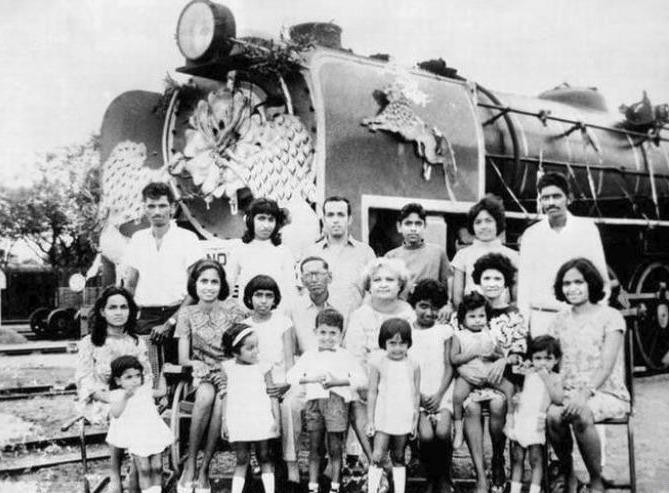 Een Anglo-Indische familie poserend voor een trein. (Van: www.thehindu.com)