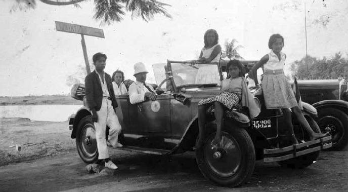 Portret van een groep Indo-Europeanen met een auto op weg van Tandjong Priok naar Tjilintjing', 1932 (Collectie Stichting Nationaal Museum van Wereldculturen Coll.nr. TM-60031708)