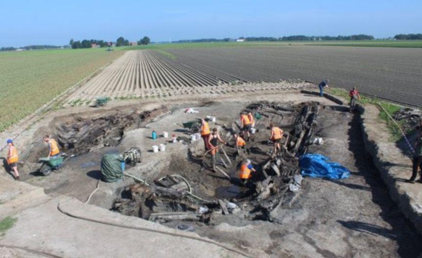 Overzichtsfoto van de opgravingsput met links het stuurboordgedeelte van de bodem en rechts de omgevallen bakboordzijde (RUG)