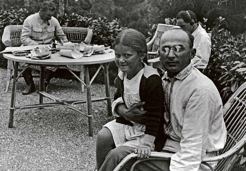 Beria met op zijn schoot Stalins dochter Svetlana en op de achtergrond Stalin