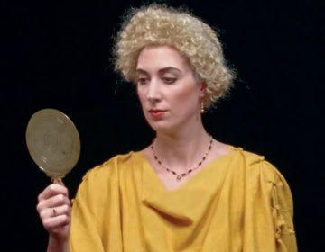 De Romeinse vrouw kan zichzelf niet in het geheel bekijken, alleen haar gezicht