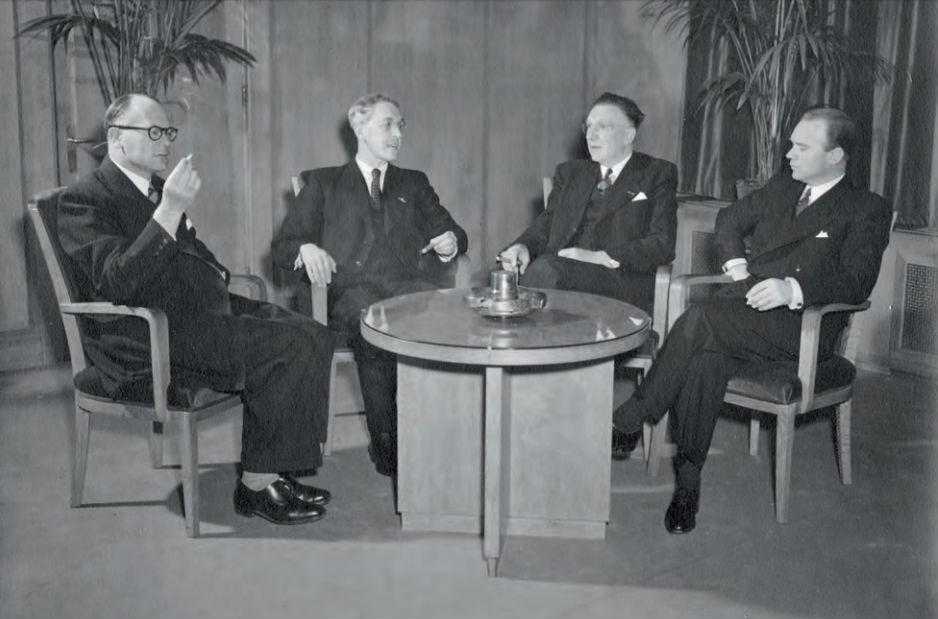 Directie Staatsmijnen aan de rooktafel. V.l.n.r. mr. F.M.J. Jansen, dr.ir. Ch. Th. Groothoff, H.H. Wemmers en drs. A.C.J. Rottier. Opname waarschijnlijk na 1 januari 1949.