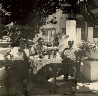Durk (links), twee andere collega's en Nutte (rechts) genieten van de middelen die Kaapstad ze te bieden heeft