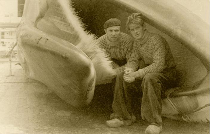 Twee walvisvaarders, waaronder Durk (rechts) zitten in de bek van een walvis.
