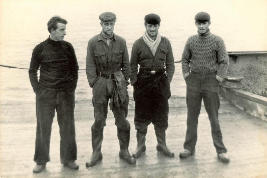 Nutte poseert in zijn werkkleding (tweede van links) met zijn collega's, onder wie Durk (rechts).