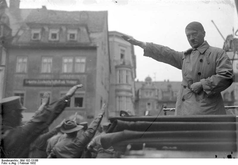 Adolf Hitler brengt de Hitlergroet, februari 1932 (CC-BY-SA 3.0 - Bundesarchiv)