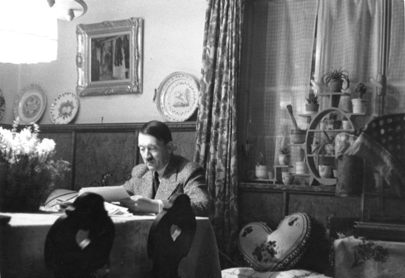Abendliche Studien im Hause Wachenfeld (Bundesarchiv, Bild 146-1973-034-42 / Heinrich Hoffmann / CC-BY-SA 3.0)