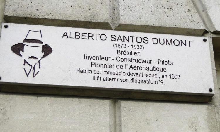 Bordje bij het voormalige woonhuis van Alberto Santos-Dumont in Parijs (Foto Chris Rachel Spatz)