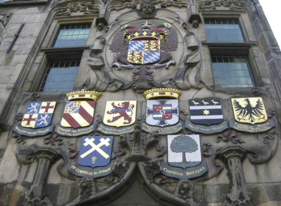 Detail van de voorgevel van het Gemeenlandhuis Delfland, met rechts het wapen van Cornelis Musch (CC BY-SA 3.0 - Marion Golsteijn - wiki)