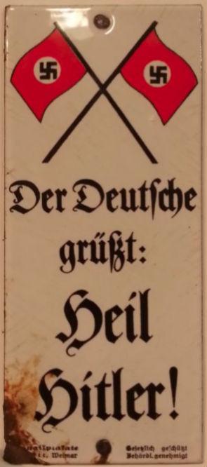 Emaille bordje om Duitsers op te roepen de Hitlergroet te brengen (CC BY-SA 4.0 - Doovele - wiki)