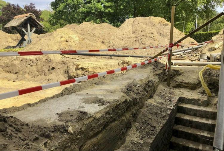 Foto van de opgravingen (met rechts de trap naar de kelder en links de appelklok) - Foto Kamp Amersfoort
