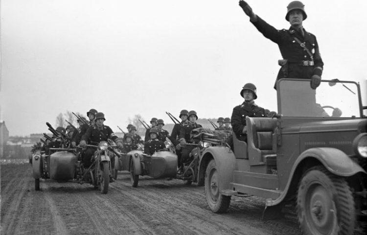 Leden van de SS-Leibstandarte brengen de Hitlergroet (CC-BY-SA 3.0 - Bundesarchiv)
