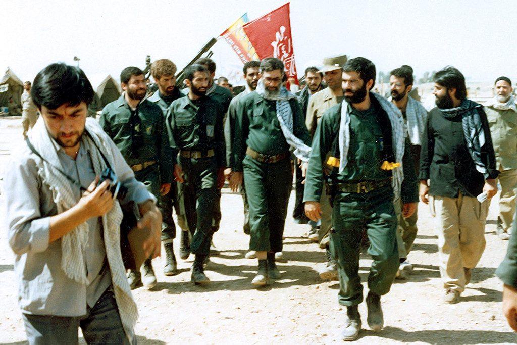 Ruhholoah Khomeiny bezoekt een slagveld (wiki -  CC BY 4.0)